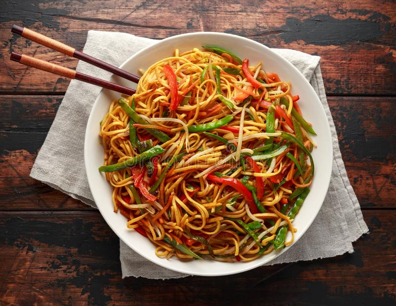 Prato do mein, dos macarronetes e dos vegetais da comida com hashis de madeira fotos de stock royalty free