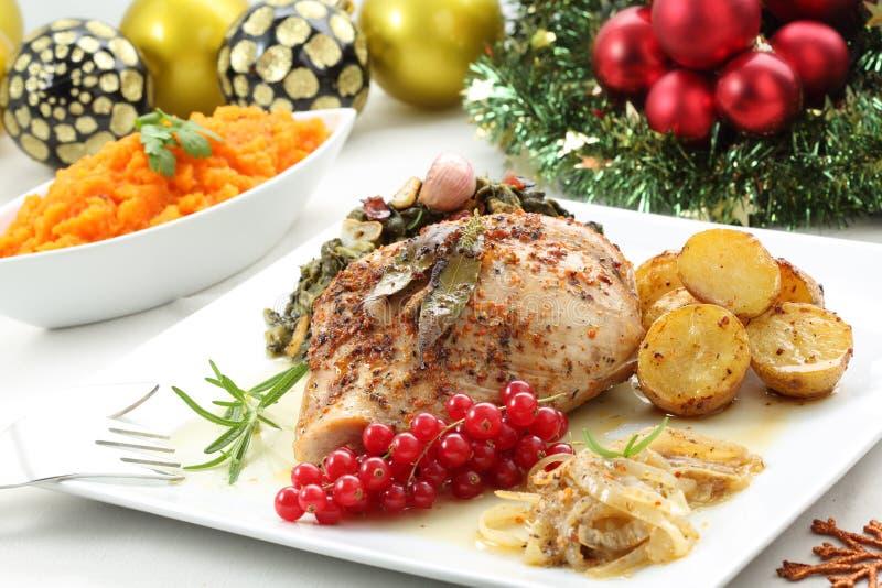 Prato do peito de peru roasted em uma tabela do Natal fotografia de stock royalty free