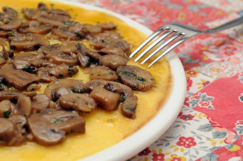 Prato do polenta e dos cogumelos imagem de stock royalty free