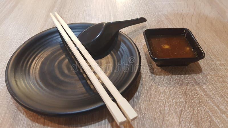 Prato do preto do sushi com mergulho foto de stock royalty free