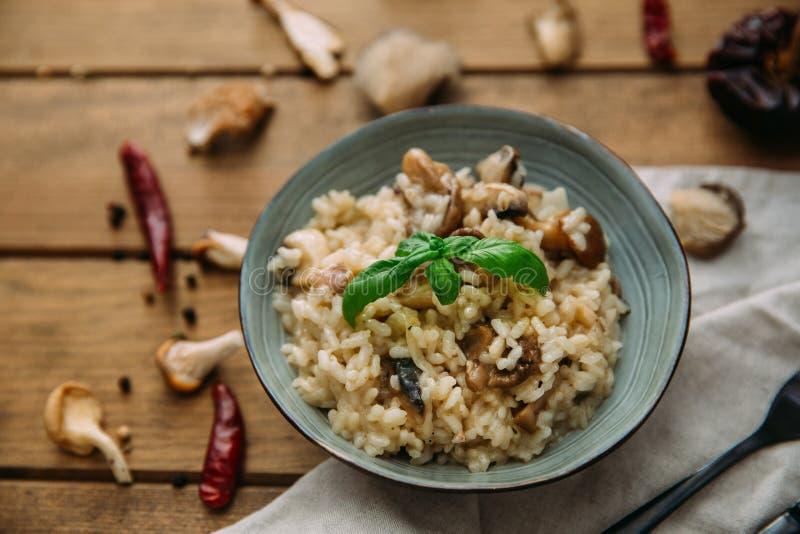 Prato do risoto e do cogumelo na bacia imagem de stock