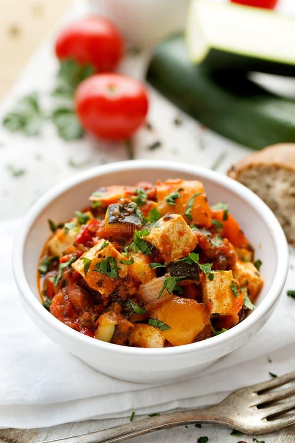 Prato do vegetariano com tofu e vegetais imagem de stock