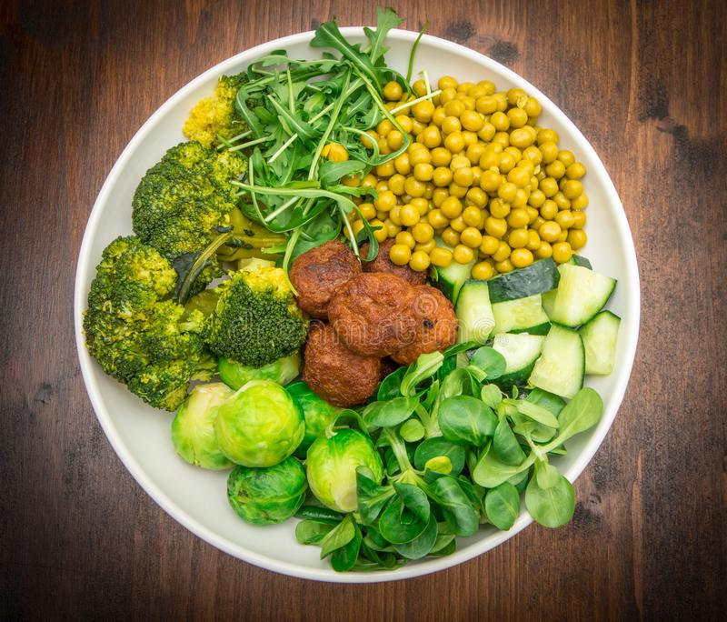 Prato do vegetariano no prato branco imagens de stock royalty free