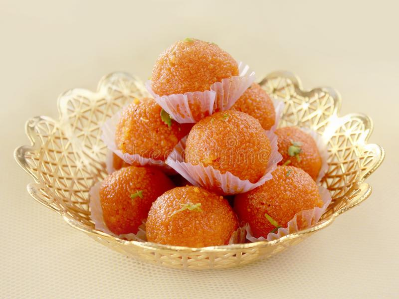 Prato doce indiano Motichoor Ladoos imagens de stock royalty free