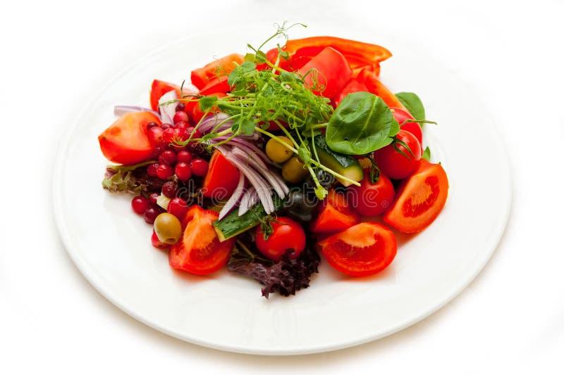 Prato dos legumes frescos dos tomates, dos pepinos, das cebolas, das azeitonas e dos verdes imagens de stock