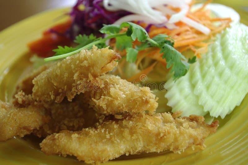 Prato dos peixes e da salada foto de stock royalty free