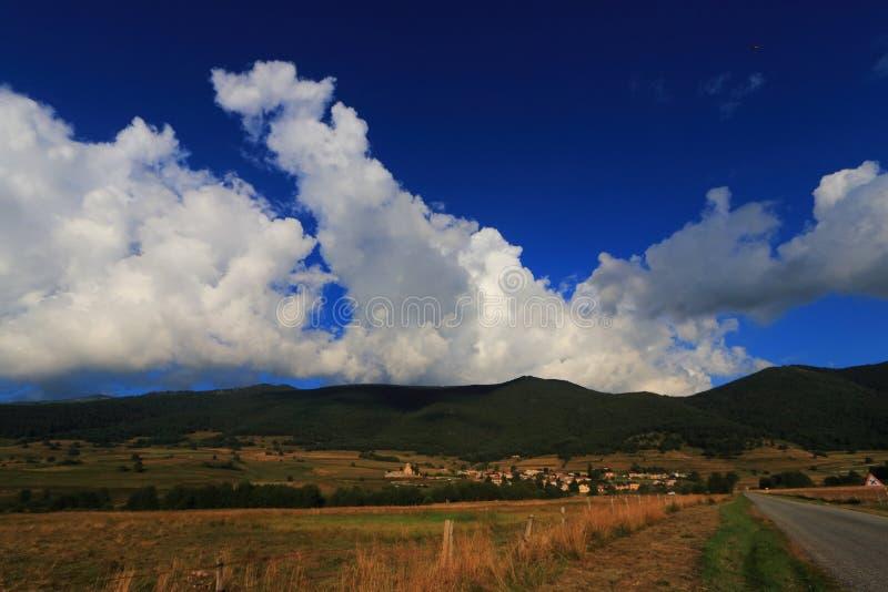 Prato e campagna nei orientales di Pirenei fotografia stock libera da diritti