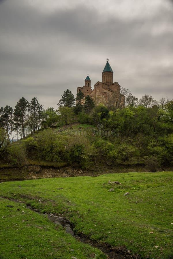 Prato e chiesa nel fondo fotografia stock libera da diritti