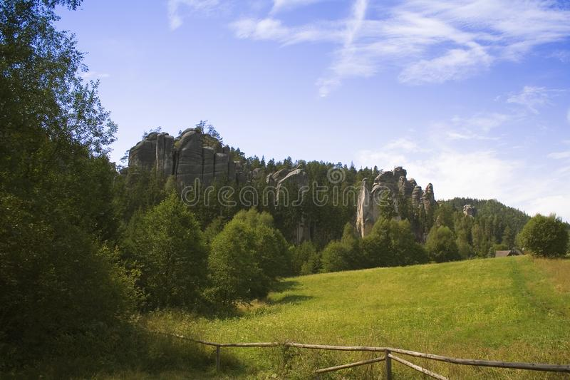 Prato e montagna della campagna sotto il cielo fotografie stock