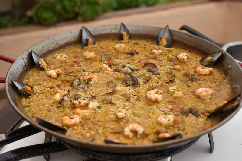Prato espanhol do paella em um exterior da tabela imagem de stock
