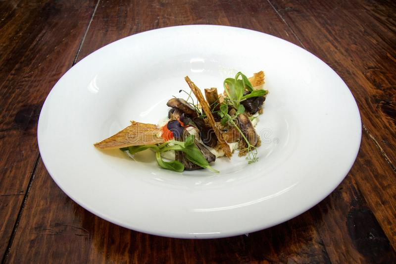 Prato gourmet com folha da crosta imagens de stock