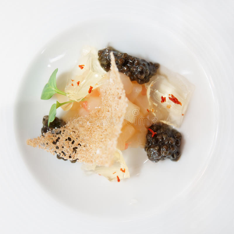 Prato gourmet pequeno com caviar preto fotografia de stock