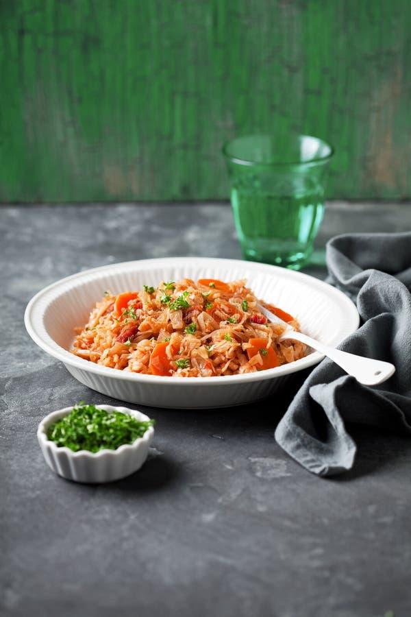 Prato grego nacional do arroz com couve, tomates Lahanorizo imagens de stock
