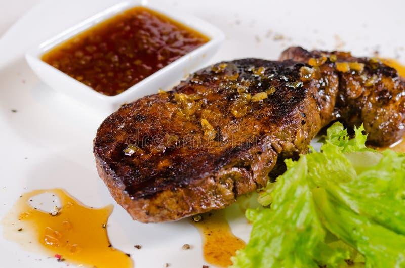 Prato grelhado saboroso do bife com Chili Sauce quente foto de stock royalty free