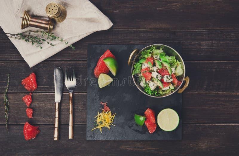 Prato indiano do restaurante do vegetariano, salada fresca na madeira foto de stock royalty free