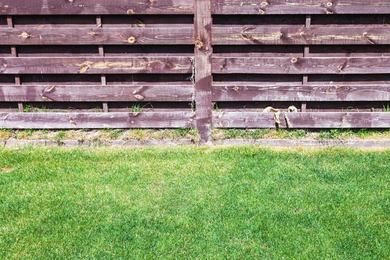 Prato inglese tagliato vicino al recinto di legno fotografia stock