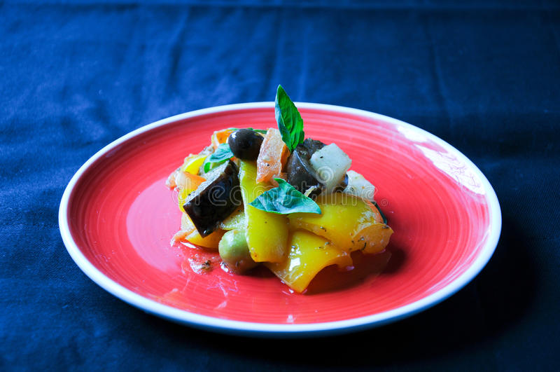 Prato italiano típico de Caponata com batata fotos de stock royalty free