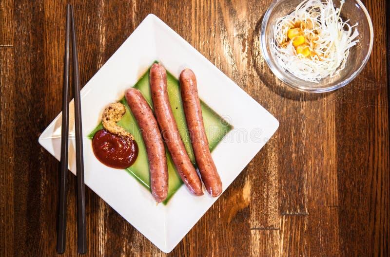 Prato japonês da salsicha da vitela na tabela de madeira fotografia de stock royalty free