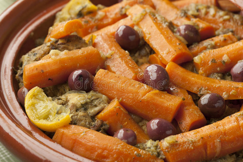 Prato marroquino com galinha e cenouras foto de stock royalty free