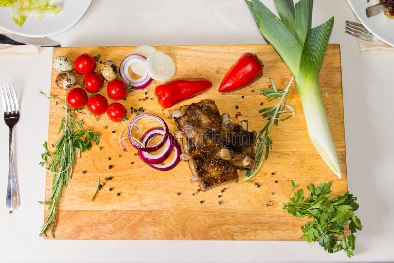 Prato Meaty apetitoso na placa de madeira com especiarias fotos de stock royalty free