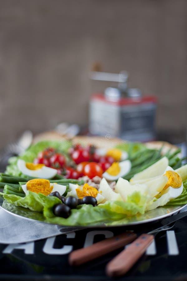 Prato mediterrâneo francês tradicional da culinária, salada de Nicoise imagens de stock