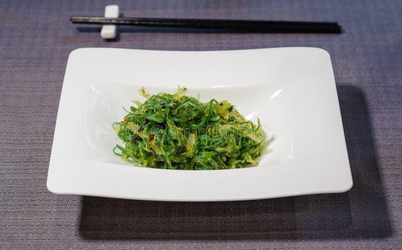 Prato minimalista do estilo da alga temperado com sementes de sésamo, jap foto de stock royalty free