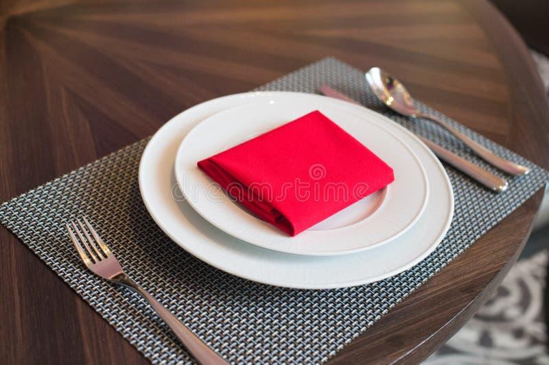 Prato na tabela no restaurante fotografia de stock royalty free