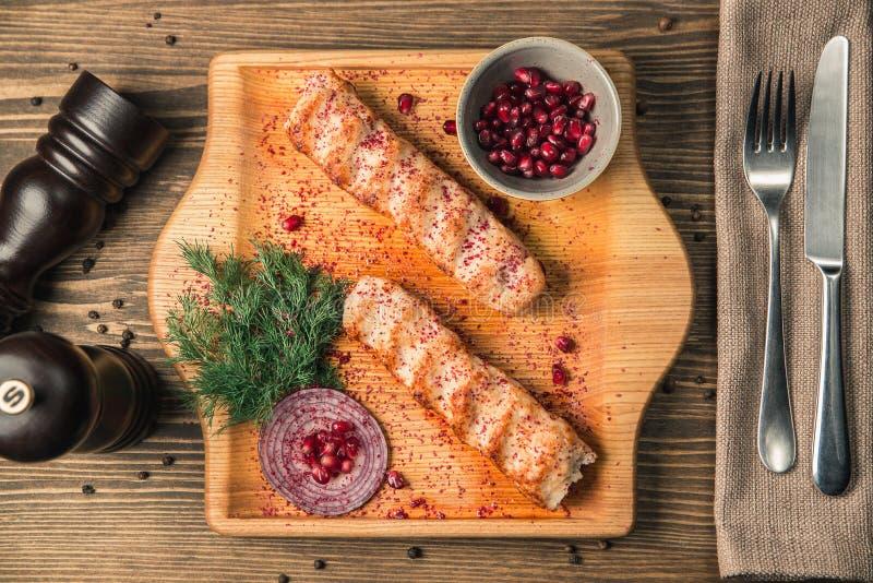 Prato nacional Georgian do lulia-no espeto da carne em uma placa de madeira fotos de stock