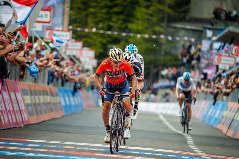 Prato Nevoso, Italie le 24 mai 2018 : Le cycliste professionnel passe la ligne d'arrivée détruite par fatigue photographie stock