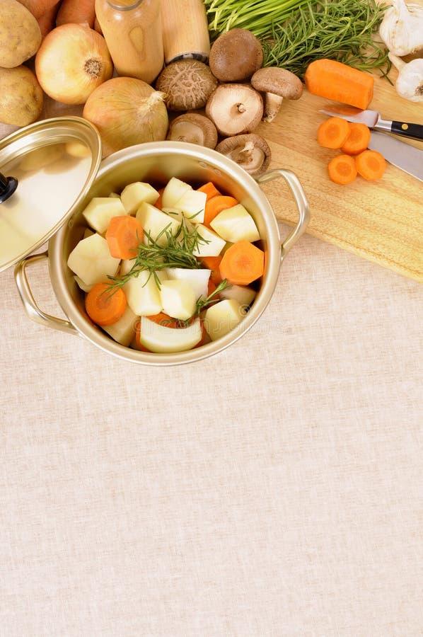 Prato ou panela da caçarola com vegetais e placa de desbastamento orgânicos da cozinha, espaço da cópia, vertical fotos de stock