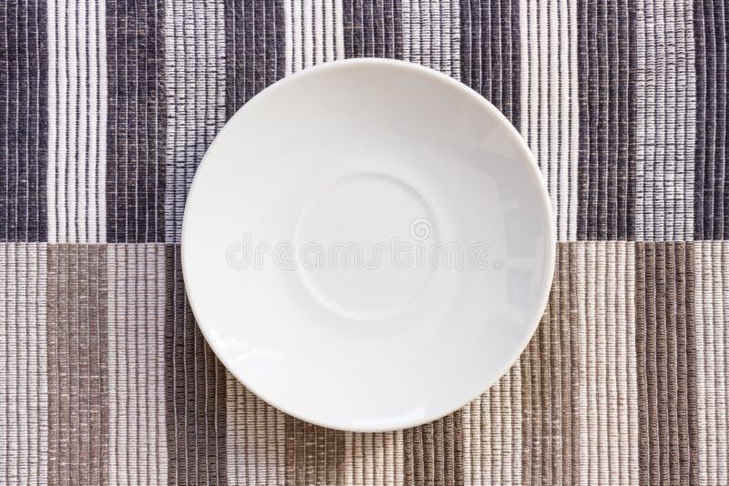 Prato pequeno na toalha de mesa fotos de stock royalty free