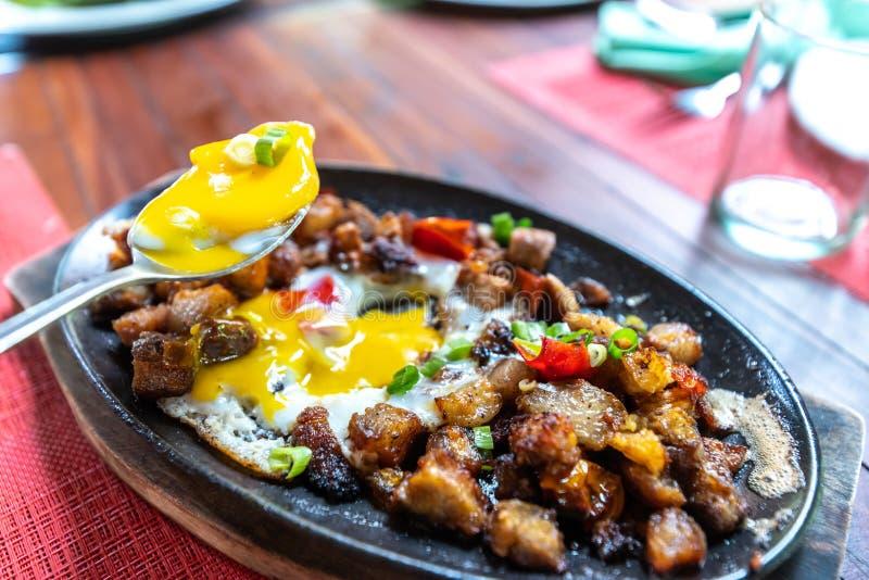 Prato popular de Filipion - sisig da carne de porco fotos de stock