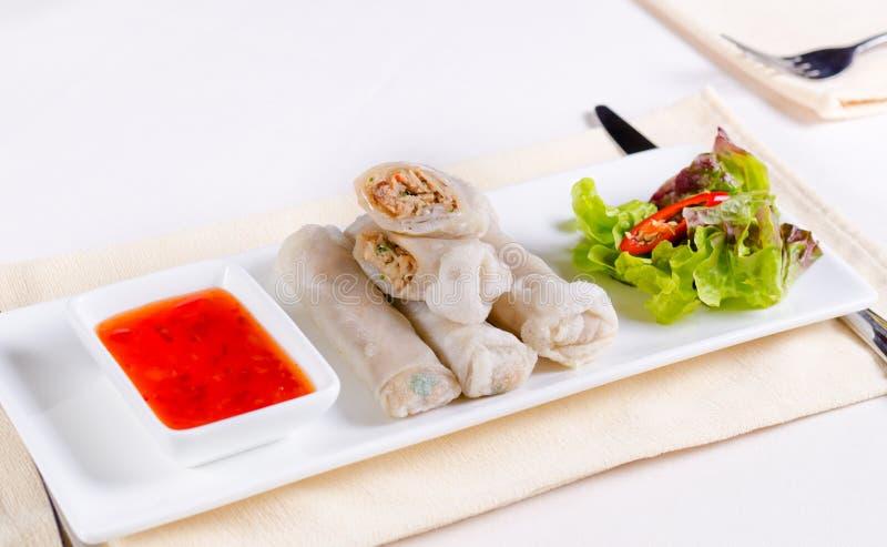 Prato principal de Rolls da mola Meaty com molho de mergulho imagens de stock royalty free