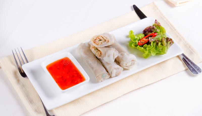 Prato principal de Rolls da mola Meaty com molho de mergulho fotos de stock royalty free
