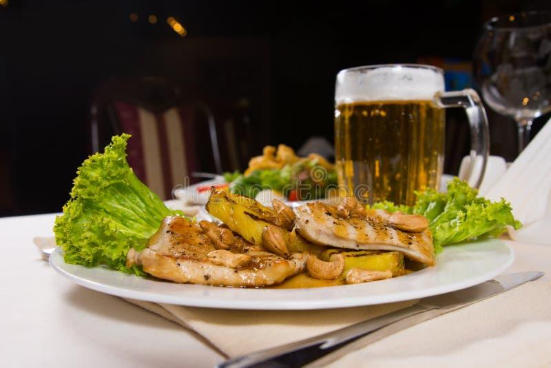 Prato principal Meaty gourmet com a caneca de cerveja servida imagem de stock