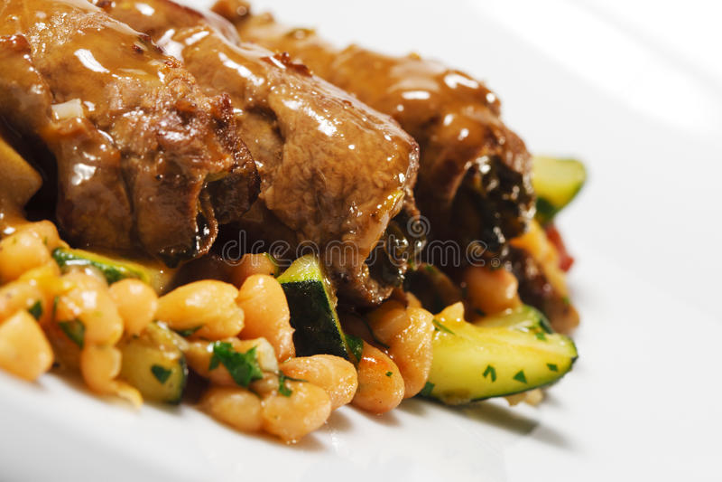 Prato quente da carne - rolo da carne no vegetal fotos de stock