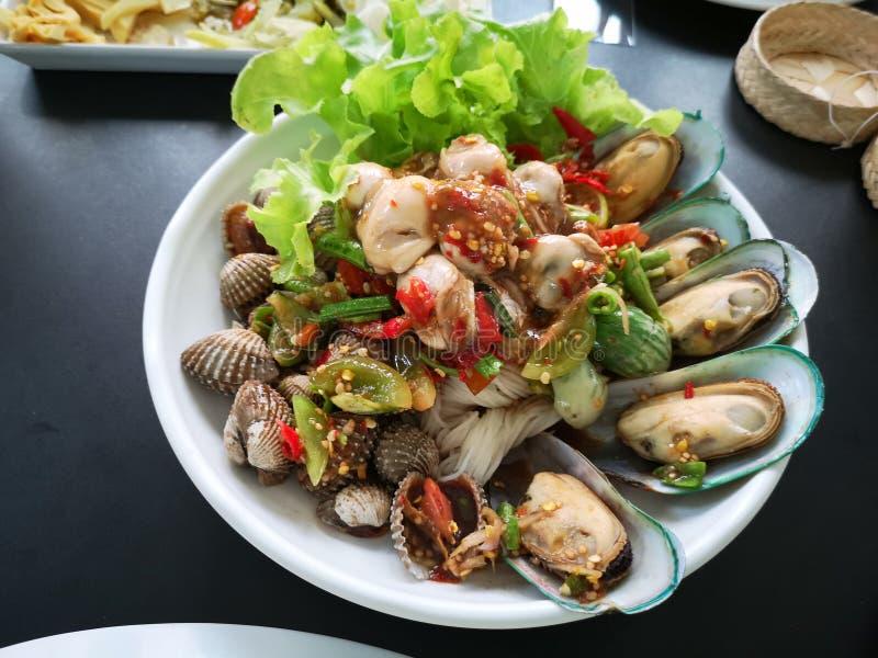 Prato quente e picante da salada do marisco imagem de stock