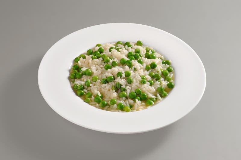 Prato redondo com arroz e as ervilhas fervidos fotografia de stock royalty free