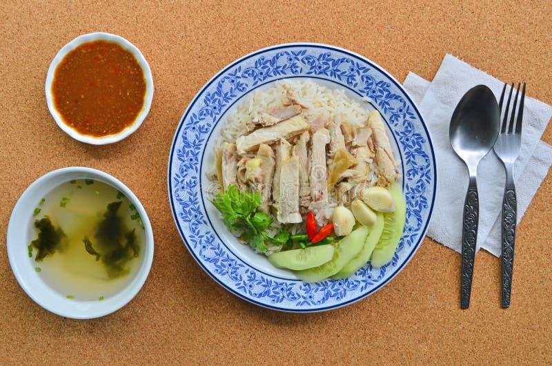 Prato saboroso do arroz da galinha com os copos da sopa e do molho imagens de stock