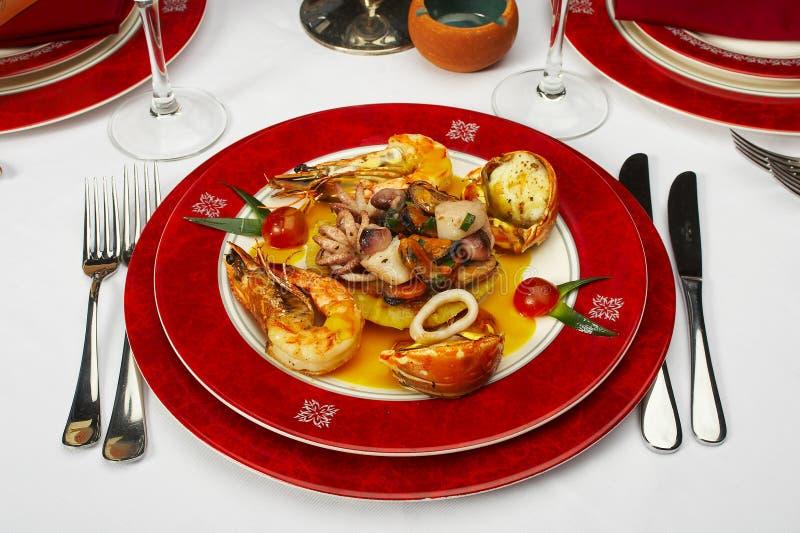Prato saboroso dos produtos do mar no restaurante imagem de stock