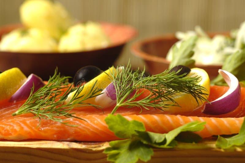 Prato Salmon com batatas fervidas imagem de stock