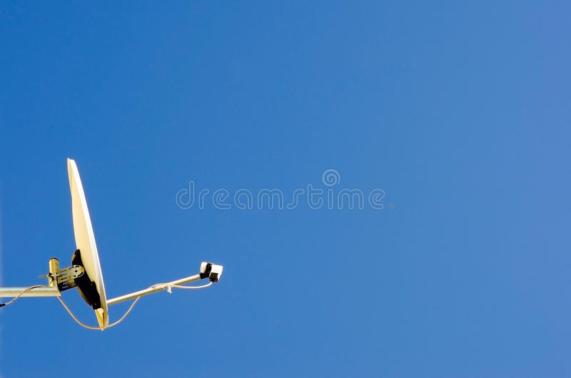 Prato satélite e céu azul fotografia de stock