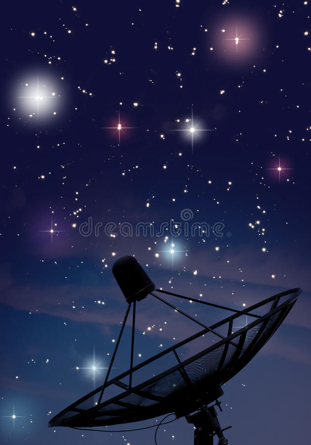 Prato satélite sob a noite estrelado imagem de stock royalty free
