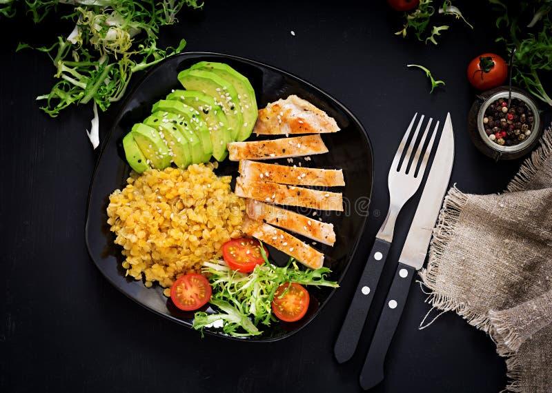Prato saudável com galinha, tomates, abacate, alface e lentilha fotografia de stock royalty free