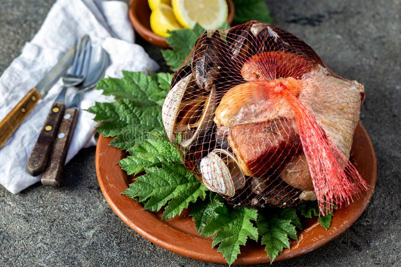 Prato tradicional famoso do sul do Chile e do arquip?lago de Chiloe - al Hoyo de Curanto, Kuranto Marisco diferente imagem de stock