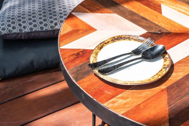 prato vazio com colher e forquilha na tabela imagens de stock