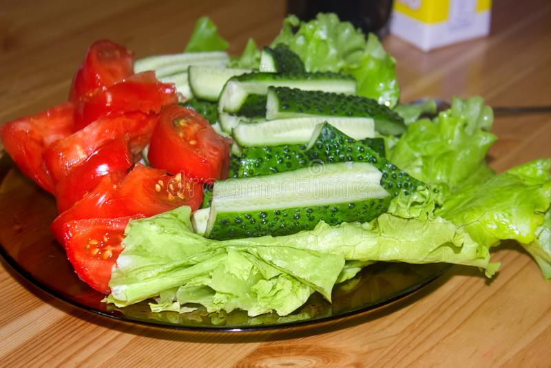 Prato vegetal Salada do legume fresco Tomates Pepinos, alface foto de stock royalty free