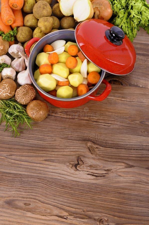 Prato vermelho da caçarola com vegetais e ervas do inverno imagens de stock