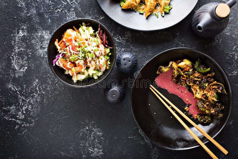 Pratos asiáticos da culinária na opinião aérea da tabela imagem de stock royalty free