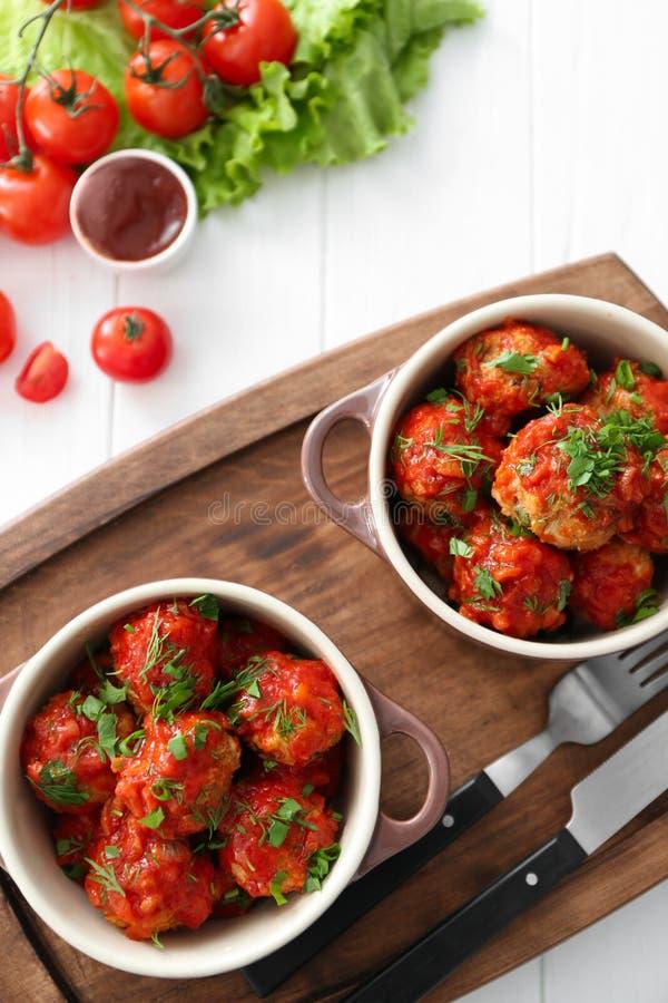 Pratos cerâmicos com as almôndegas do peru e molho de tomate deliciosos foto de stock royalty free